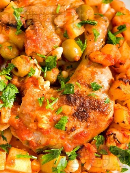 Печено пиле а ла Прованс с картофи, боб и маслини в йенско стъкло (тава) - снимка на рецептата